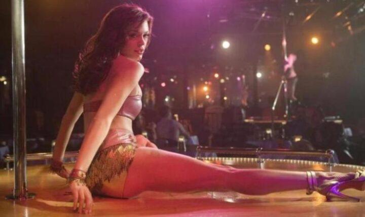 Gli striptese più famosi della storia del cinema, Una scena dello strip di Cherry Darling in Planet Terror, che ha come protagonista Rose Mcgowan