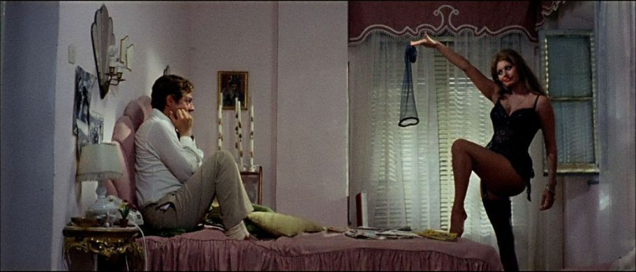 Gli striptese più famosi della storia del cinema Ieri, oggi, domani di Vittorio De Sica con Marcello Mastroianni, Aldo Giuffré, Tina Pica, Tecla Scarano, Sophia Loren sexy striptease streaming