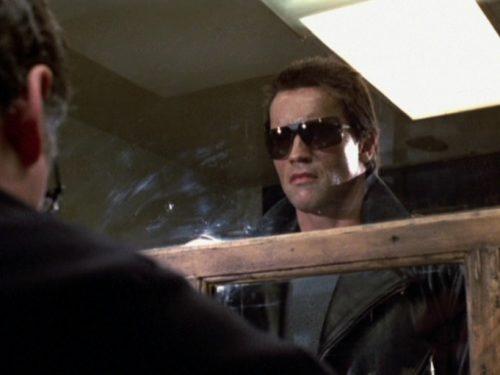 Arnold Schwarzenegger indossa una mascherina ispirata a Terminator