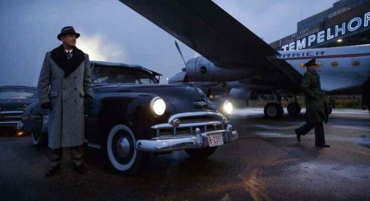 Chi segue la CIA su Instagram? Una scena de Il ponte delle spie, che ha come protagonista Tom Hanks, Steven Spielberg, aeroporto