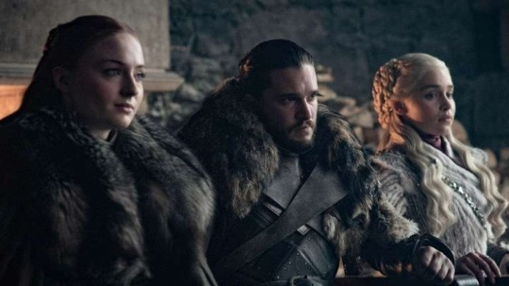 Una scena di Game of Thrones, che ha come protagonisti Emilia Clarke, Sophie Turner e Kit Harington