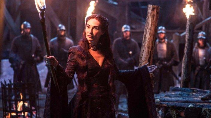 Game-of-Thrones-melisandre-Carice-van-Houten - Una scena della serie che ha come protagonista Emilia Clarke