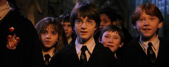 Rowling poteva interpretare un personaggio in Harry Potter e la pietra filosofale. (Harry Potter and the Philosopher's Stone) di Chris Columbus con Daniel Radcliffe, Rupert Grint, Emma Watson, Richard Harris, Maggie Smith, Alan Rickman 15