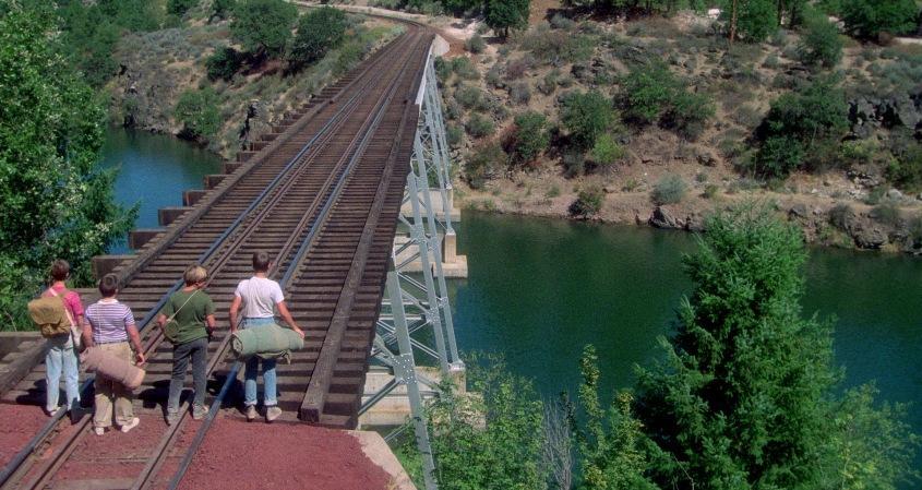 Stand by Me - Ricordo di un'estate citazioni e dialoghi, di Rob Reiner, con Wil Wheaton, River Phoenix, Corey Feldman, Jerry O'Connell, ponte ferrovia sul fiume