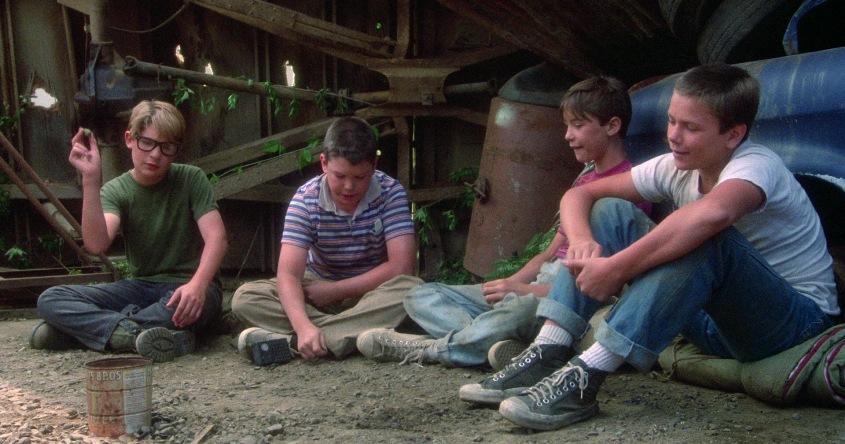 Stand by Me - Ricordo di un'estate citazioni e dialoghi, di Rob Reiner, con Wil Wheaton, River Phoenix, Corey Feldman, Jerry O'Connell, seduti