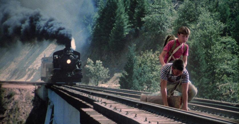 Stand by Me - Ricordo di un'estate citazioni e dialoghi, di Rob Reiner con Wil Wheaton e Jerry O'Connell, locomotiva, binari ferrovia