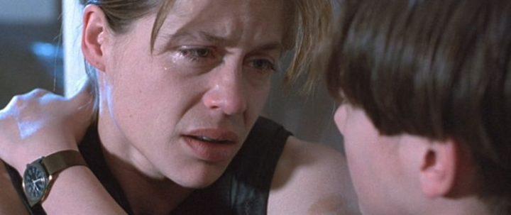 Scena in cucina di Terminator 2 - Il giorno del giudizio di James Cameron con Arnold Schwarzenegger, Linda Hamilton, Edward Furlong, Robert Patrick, Earl Boen, Sarah Connor e John Connor