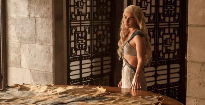 Game of Thrones, Daenerys Targaryen, Emilia Clarke, tavolo - Game of Thrones citazioni e dialoghi (Il Trono di Spade)