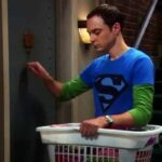 The Big Bang Theory, Jim Parsons, Sheldon Cooper, bussa, porta Penny, maglia Superman